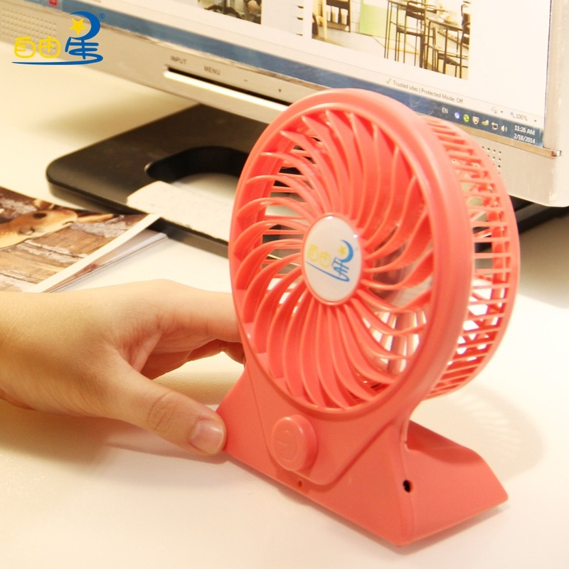 【自由星·无极调速充电风扇·注意事项】 1、本产品不是玩具,请不要提供给3岁以下小孩玩耍,13岁以下小孩需在成人监护下使用。 2、不要强扭产品,以免对立面的线材和关节造成破坏。 3、注意防潮暴晒。 4、本风扇为可充电风扇,输入电压为DC5V。 5、使用前请将风扇充满电,充电时间约6小时,最长充电时间不超过15小时,以免损坏电池,缩短电池寿命。 6、风扇充满电后最大风速可持续使用1.